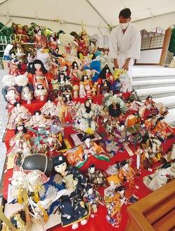 神社に寄せられた人形の一部