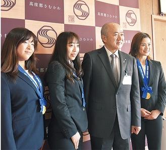 鈴木さん(左から2人目)とトリオの仲間が町長を訪問