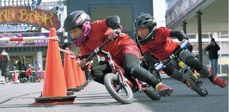 平塚競輪場で練習する陽大君 猛ダッシュで進み、軽やかな体重移動でコーナーに入る