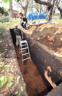 前方部の濠の底と思われる茶色い土