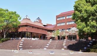 湘南キャンパスの中庭(大学提供)