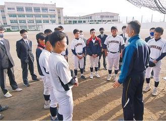 県大会試合前日に浜田監督を囲む。「たった11人だけど、人数じゃない。どんな結果でも最後までやりぬけ」