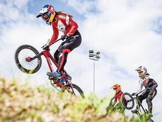 レース中の畠山選手(左端)  日本自転車競技連盟提供
