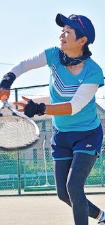 大曲の湘南ファミリーテニスクラブで練習する鳥谷部さん
