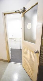 ドア幅も狭い多目的トイレ