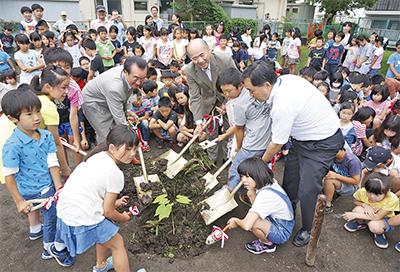 平和の象徴 全児童で植樹