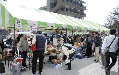 寒川駅前で古本市