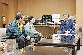 亀山石巻市長(右)と会談する大蔵市長