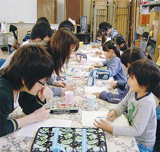 寺子屋での学習の様子。「お姉さんは優しくて楽しい。 これからもずっと来る」と、児童のひとりはご機嫌に話す。