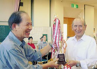 トロフィを受け取る平塚中央公民館の代表(右)