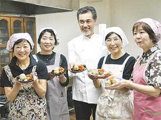 開発に携わったママの会メンバーとアレンジに協力した尾鷲シェフ(中央)
