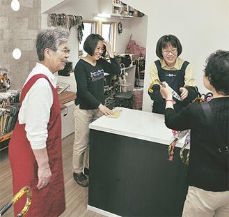 左から、光代さん、浩江さん、靖江さん「お客さんとの触れ合いもやりがい」と口を揃える