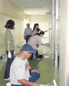 約90人が参加し、一階から四階までを塗り替えた