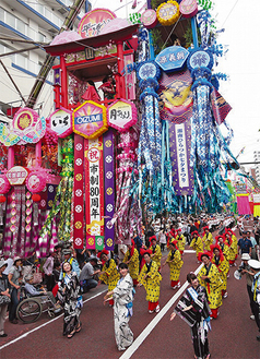 原田恵一さんの作品。七夕おどり千人パレードの一場面を活き活きと切りとった