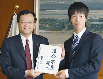 市長㊧に色紙を贈る金沢三段㊨