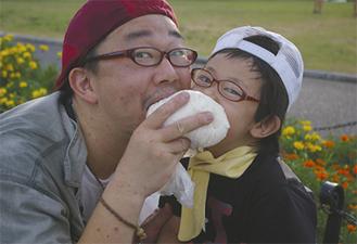 あかるい家庭写真コンクール最優秀賞「ガブッ!!」(港小3年・川口晴麗名さん)