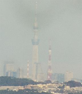 望遠鏡から見える東京スカイツリー(左)と東京タワー=10日午後1時30分頃スマートフォンで撮影