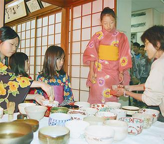 毎月1回行われる「茶の湯サークル」では、約10人の女子 児童・生徒が和気あいあいと活動に励んでいる