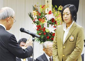 表彰される穂積選手(右)