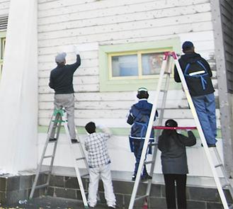 公民館外壁にペンキを塗るボランティア