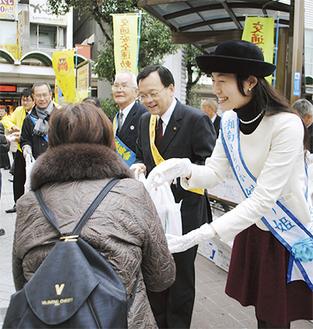 交通マナーの向上を呼びかける落合市長と後藤さん