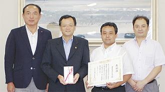 岡野会長(写真右から2目)と落合市長(左2番目)