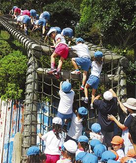元気いっぱい「網登り」に挑戦する園児たち