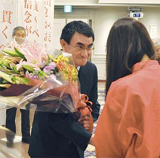 14日、ウグイス嬢から当選の花束を受け取る河野氏