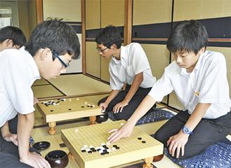 練習に励む齋山さん(写真右)と前田さん、牛木さん(写真右奥)