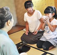 小学生が茶道体験