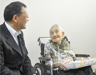 落合市長と共に笑顔を見せる石黒さん