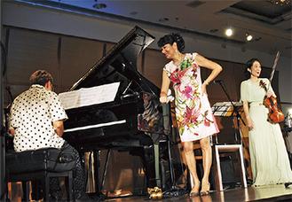 ドラム・岩瀬さんがピアノを披露する一幕も