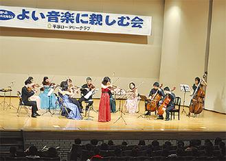 演奏する平塚シンフォニエッタ