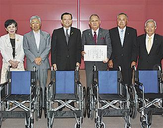 感謝状を手にする上原会長(中央右)