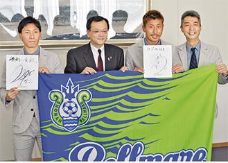 落合市長を訪問した下田選手(左)と高山選手(右2人目)