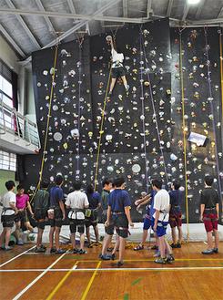 練習する江南高校山岳部の部員ら