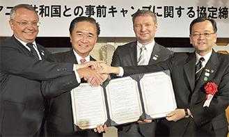 署名後に握手を交わす黒岩知事(左から2番目)ら