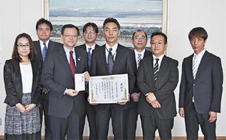 感謝状を持つ小島理事長(右から4人目)