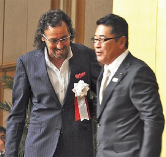 森氏を祝うラモス氏(左)