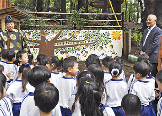壁画を眺める園児ら