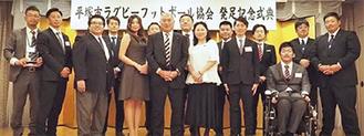山下会長(中央)をはじめ協会のメンバーら