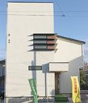 コーナーを意識してデザインされた白い塔のような外観