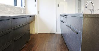 広々としたキッチンには収納スペースがたっぷり。使い勝手が考え抜かれている