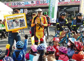 自転車教室でマナーを学ぶ参加者