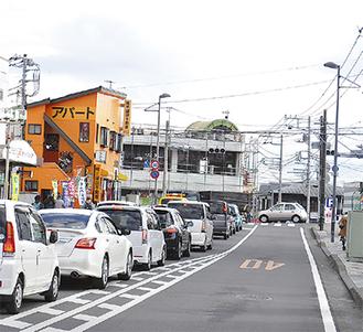 渋滞が発生する交差点(昨年12月撮影)