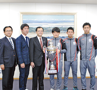 右から山根視来選手、田村飛太選手、石原広教選手、落合市長、時崎コーチ、眞壁潔会長