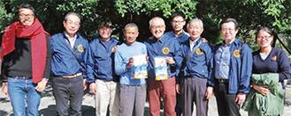 燎太郎さん(左)と村を訪問した同クラブ会員ら