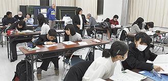 講師と生徒は、1対1,2の態勢で指導