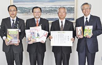 感謝状を持つ石崎理事長(中央右)と市長ら