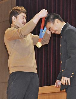 金メダルを生徒にかける中野選手